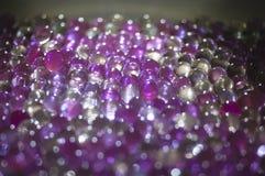 A bola claro de mármore, brilho colorido do arco-íris sparkles fundo Foco seletivo multicolored fotos de stock