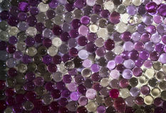 A bola claro de mármore, brilho colorido do arco-íris sparkles fundo Foco seletivo multicolored imagens de stock