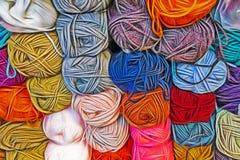 Bola colorida das lãs na loja do millinery imagens de stock royalty free