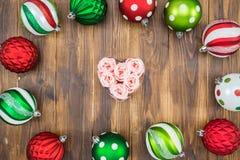 Bola colorida de lujo de la Navidad en el fondo de madera, forma del corazón Foto de archivo