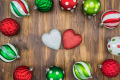 Bola colorida de lujo de la Navidad en el fondo de madera, forma del corazón Fotos de archivo