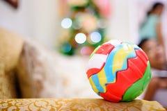 Bola colorida del rompecabezas en el sofá imagen de archivo libre de regalías
