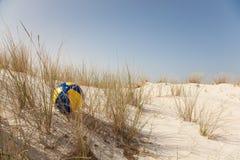 Bola colorida en la duna Fotografía de archivo libre de regalías