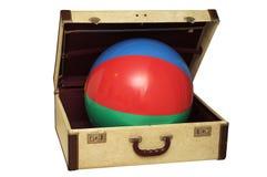 Bola colorida en una maleta vieja Fotografía de archivo libre de regalías