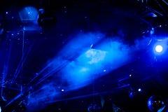 Bola com raios brilhantes azuis, fundo do disco do partido da noite Imagens de Stock Royalty Free