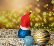 Bola con los casquillos, fondo chispeante hermoso, Año Nuevo 2018 de la Navidad Fotos de archivo libres de regalías