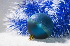 Bola con malla azul y blanca Fotografía de archivo libre de regalías
