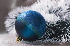 bola con malla verde oscuro y blanca Fotos de archivo libres de regalías