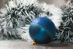 bola con malla verde oscuro y blanca Fotografía de archivo libre de regalías