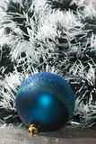 bola con malla verde oscuro y blanca Imagenes de archivo