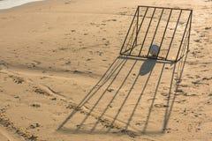 Bola con meta del fútbol de la playa Foto de archivo