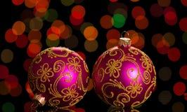 Bola cor-de-rosa brilhante do Natal dois com testes padrões, no fundo escuro Fotos de Stock
