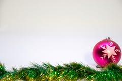 Bola cor-de-rosa do Natal, e decoração do Natal em um fundo branco Fotografia de Stock Royalty Free
