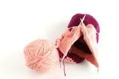 Bola cor-de-rosa e vermelha da linha para tricotar manualmente Imagens de Stock Royalty Free