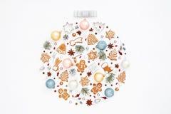 Bola criativa do Natal feita de cookies do pão-de-espécie fotos de stock