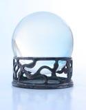 Bola cristalina azul en soporte Imagenes de archivo