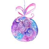 Bola da árvore de Natal da aquarela com uma fita em um fundo branco Imagem de Stock Royalty Free