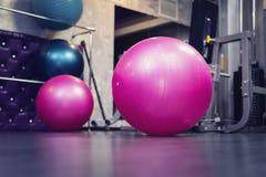 Bola da aptidão no health club, fotografia de stock royalty free