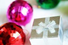 Bola da caixa de presente e do espelho do Natal Imagem de Stock