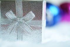 Bola da caixa de presente e do espelho do Natal Fotos de Stock