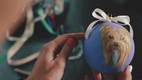Bola da decoração do ano novo Pintura fêmea na bola do ano novo Bola pintado à mão do ano novo, retrato do cão na bola, lento video estoque