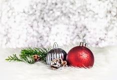Bola da decoração do Natal na pele branca no CCB de prata da luz do bokeh foto de stock royalty free