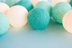 A bola da luz azul e branca feita do fio rosqueia o close up no fundo azul Fotos de Stock Royalty Free