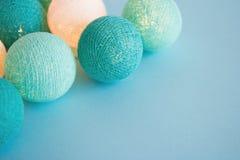 A bola da luz azul e branca feita do fio rosqueia o close up no fundo azul Foto de Stock Royalty Free