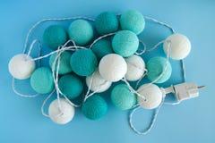 A bola da luz azul e branca feita do fio rosqueia o close up no fundo azul, vista superior Fotos de Stock