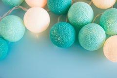 A bola da luz azul e branca feita do fio rosqueia o close up no fundo azul, vista superior Imagem de Stock