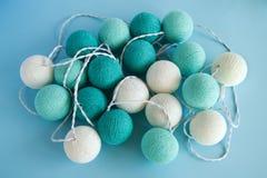 A bola da luz azul e branca feita do fio rosqueia o close up no fundo azul, vista superior Imagens de Stock