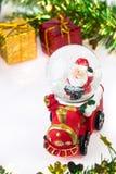 Bola da neve de Santa Crystal no fundo do Natal Fotografia de Stock Royalty Free