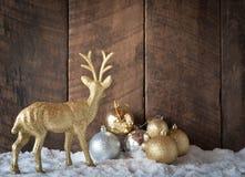 bola da prata do ouro do Natal e decoração da rena com CCB da madeira Fotos de Stock Royalty Free