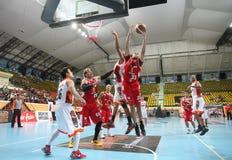 A bola da repercussão de Brian Williams #33 compete com o Rev Thailand Slammers dos esportes em uma liga de basquetebol do ASEAN  Fotos de Stock Royalty Free