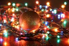 Bola das luzes de Natal imagens de stock