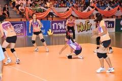bola de aceitação à terra no chaleng dos jogadores de voleibol Foto de Stock Royalty Free