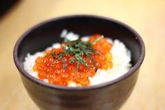 Bola de arroz de los huevos de peces Foto de archivo