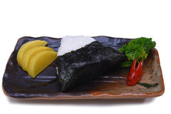 Bola de arroz japonesa Onigiri com o nori da alga isolado no branco Fotografia de Stock Royalty Free
