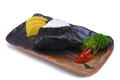 Bola de arroz japonesa Onigiri com o nori da alga isolado no branco Foto de Stock Royalty Free