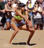 Bola de Australia de la mujer del voleibol de la playa Foto de archivo