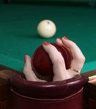 Bola de Billards en la mano Fotos de archivo libres de regalías