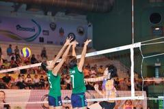 Bola de bloqueo perdida en chaleng de los jugadores de voleibol Foto de archivo