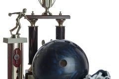 Bola de bowling, sapatas e tropies Imagem de Stock Royalty Free