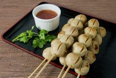 Bola de carne asada a la parrilla deliciosa en el pincho de bambú Foto de archivo libre de regalías