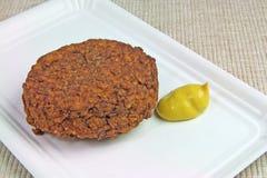 Bola de carne com mostarda na placa de papel foto de stock royalty free