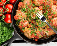Bola de carne de Turquia na forquilha costoletas com molho de tomate Frigideira com almôndegas foto de stock