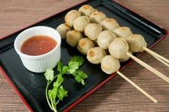 Bola de carne deliciosa de la barbacoa en el pincho de bambú Imagenes de archivo