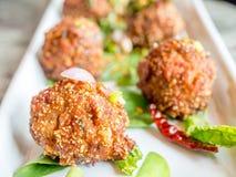 Bola de carne picante tailandesa no prato branco Imagens de Stock Royalty Free