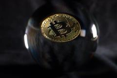 Bola de cristal de Bitcoin fotografía de archivo libre de regalías