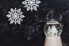 Bola de cristal con el copo de nieve en fondo oscuro Imagen de archivo libre de regalías
